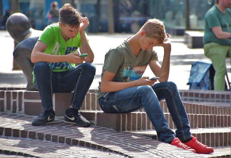 stop-smartphone-damaging-relationships.jpg