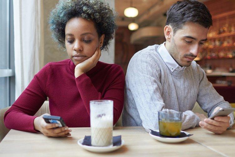 stop-smartphone-hurting-relationship.jpg