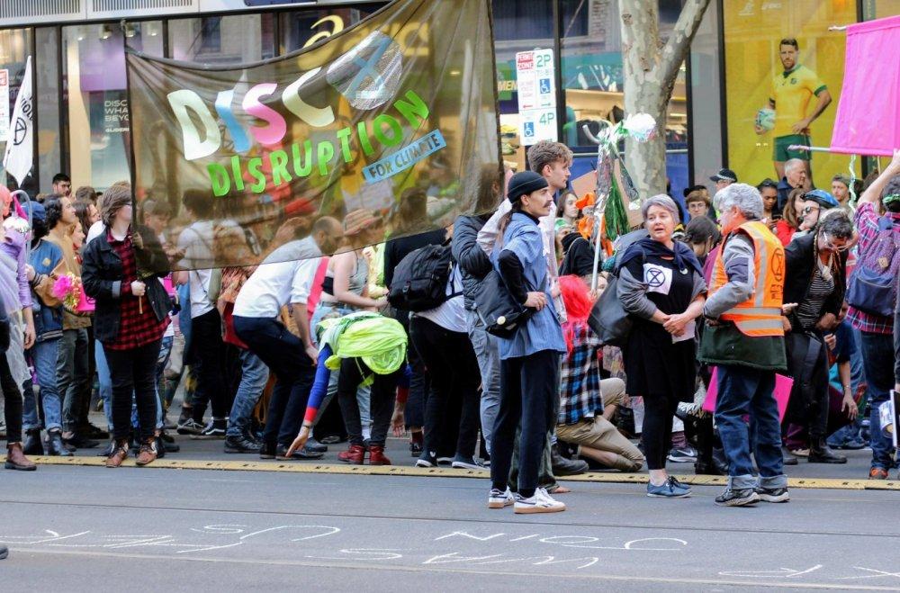 Inneren Frieden finden durch Engagement und Verbundenheit in der Gruppe - Das Bild zeigt eine Protestgruppe von Extinction Rebellion -